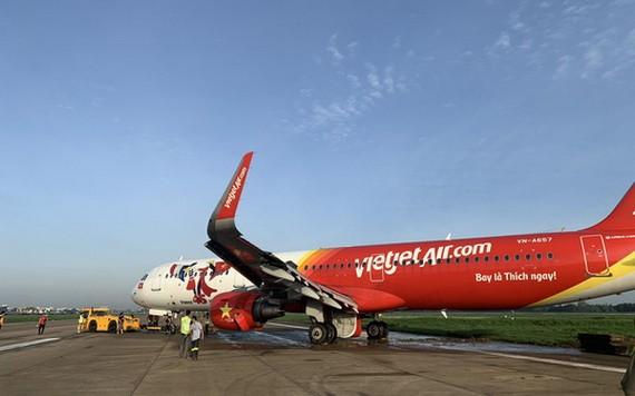 越捷航空公司偏出跑道的飛機被拖回停機坪。(圖源:芳黎)
