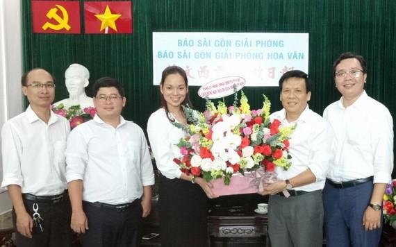 姜黎垂英主席向阮玉英(右二)主編贈送花籃。