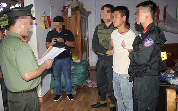執法警員向涉案嫌犯鄭百思宣讀逮捕令。(圖源:警方提供)