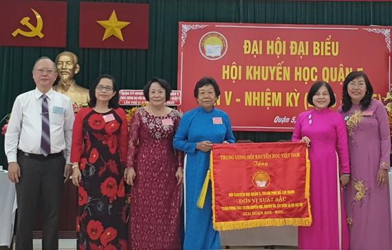 第五郡勵學會獲越南勵學會頒贈錦旗。