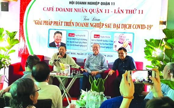 杭慰瑤先生(左)和高肇力先生(中)與各企業家交流。
