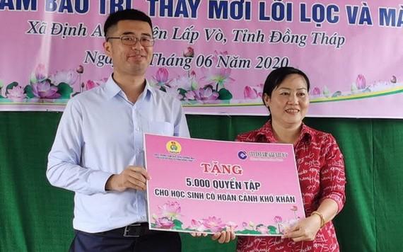中國建行本市分行代表向同塔立武捐贈練習簿。