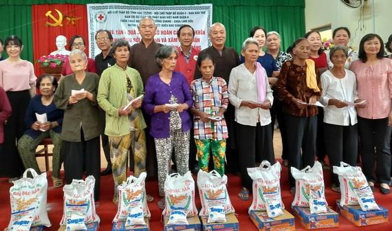 地方領導與慈善團代表向貧困同胞贈送禮物。