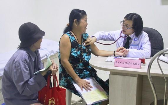 7A軍醫院醫生為郡內的老年人和環境貧困者診治病。