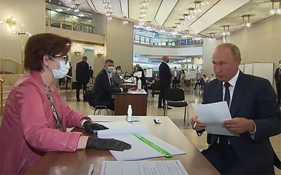 俄總統普京(右)現身投票點完成有關俄憲法修正案的投票。(圖源:互聯網)