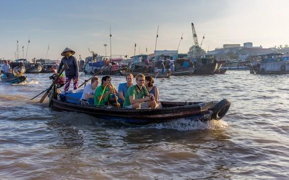 國際遊客坐船參觀體驗南部水上集市。(圖源:VietfunTravel)