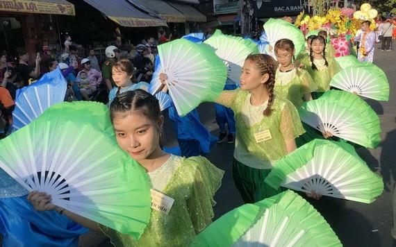 元宵節遊行活動呈現華人文化特色。