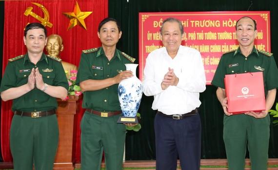 張和平副總理(右二)贈送紀念品給海防市邊防部隊。(圖源:VGP)