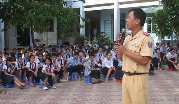 第九郡公安向華閭初中學生宣傳《陸路交通法》。