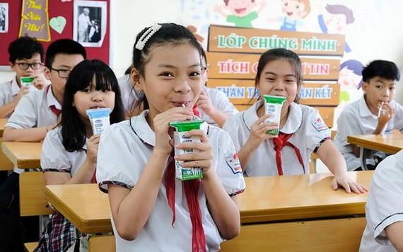 小學生在課堂間隙飲用Vinamilk奶品。(圖源:瓊芝)