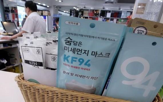7月8日,首爾一家藥房出售的KF94醫用口罩。(圖源:韓聯社)