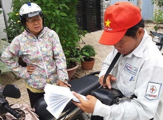 電力人員正記錄某民居區的個戶用電量。(圖源:陶莊)