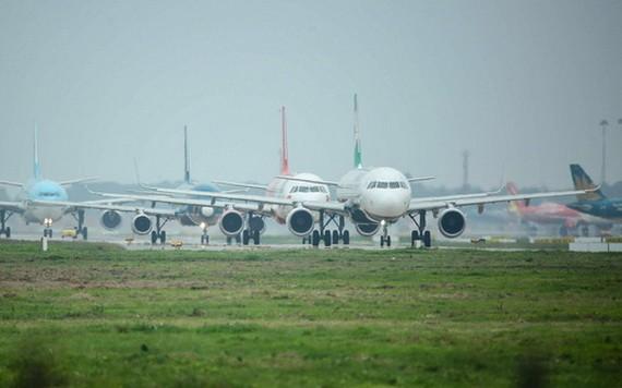 內牌機場跑道旁多架飛機排隊等待起飛。(示意圖源:南陳)