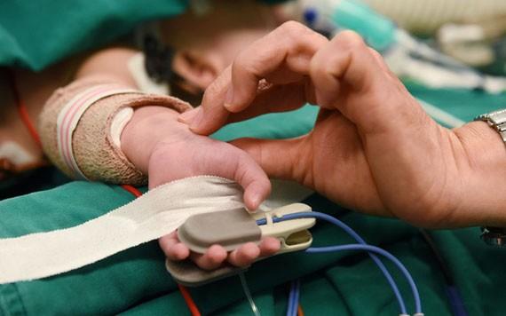 連體嬰接受分離手術12個小時後生命體征基本平穩。(圖源:緣潘)