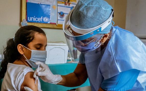 委內瑞拉玻利瓦爾州,一名10歲女童正在兒基會支持的醫療中心內進行免疫接種。(圖源:兒基會)