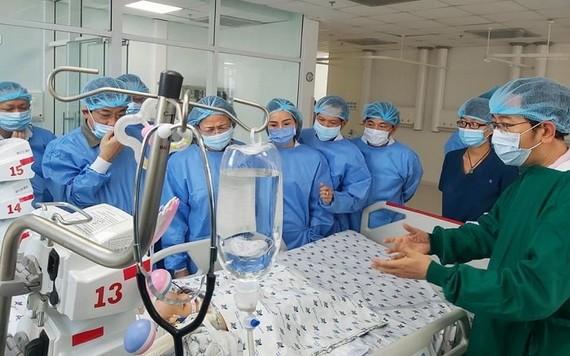國家副主席鄧氏玉盛同衛生部領導看望手術成功分離後的連體孿生小姐妹。(圖源:院方提供)