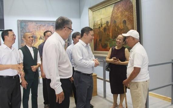市人委會副主席楊英德(右三)參觀畫廊並與裴文午畫家(右一)交談。(圖源:武深)