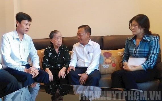 阮友協同志(右二)與市領導代表團探望越南英雄母親楊金蘭(左二)。(圖源:市黨部新聞網)