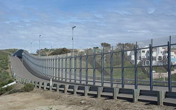 圖為美國加州聖地亞哥圣西卓美墨邊境牆。牆右邊是墨西哥,左邊是聖地亞哥。(圖源:互聯網)