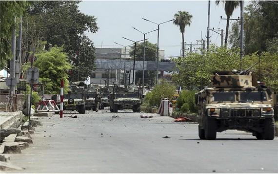 阿富汗東部城市的一所監獄遭IS襲擊,超過20人死亡,多名囚犯趁機脫逃,阿國軍警出動大批車輛增援。(圖源:AP)