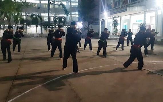 年輕人晚間在師大宿舍裡習武。