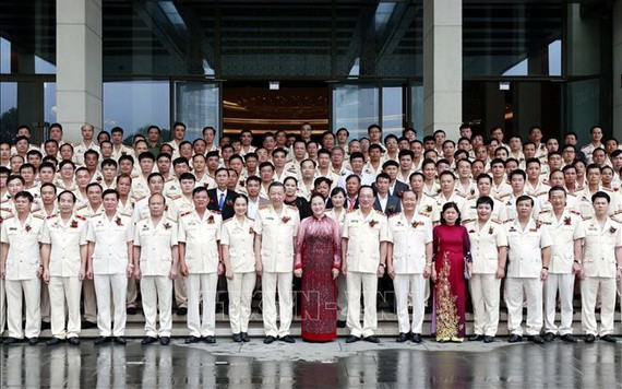 國會主席阮氏金銀(前中)同先進典範代表團合照。(圖源:越通社)