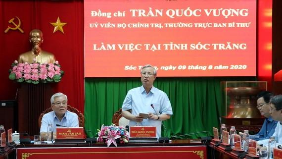 黨中央書記處常務書記陳國旺(中)在會上致詞。(圖源:越通社)