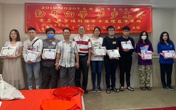 崇正興寧福利組理事長鄒國榮(左四)向大學生頒發獎學金。