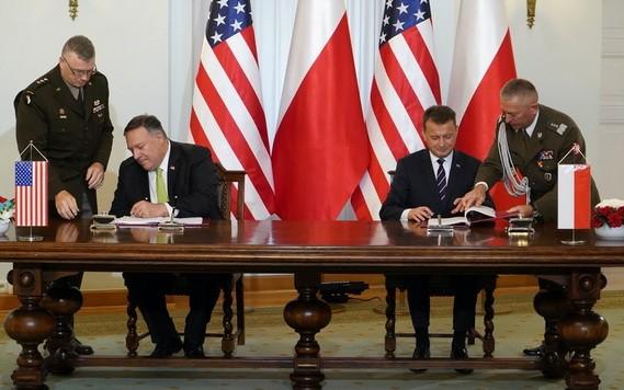 美國務卿蓬佩奧(左二)與波蘭國防部長布瓦什恰克(右二)簽署軍事協議。(圖源:AFP)