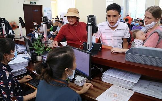 民眾辦理簽發司法履歷手續。
