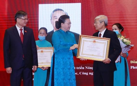 國會主席阮氏金銀在會上向國會領導頒授勞動勳章。(圖源:越通社)