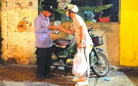 """""""愛心之家""""慈善組向貧困者派發抗菌洗手液及醫用口罩。"""