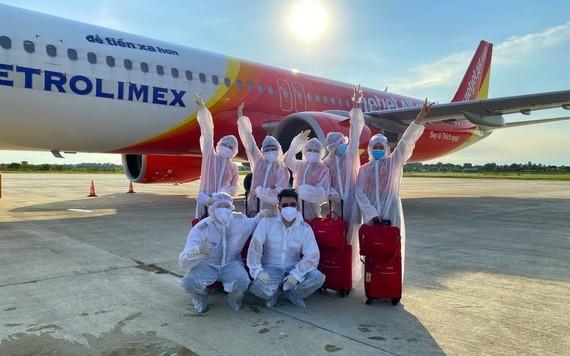 越捷護送越南公民從印度尼西亞返回芹苴市。