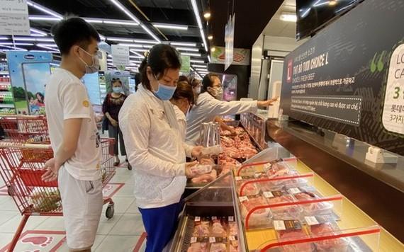消費者在第七郡Lotte超市購買必需食品。