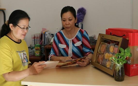 屏榮公司業務副經理陳秀娟(右)正介紹 新產品。