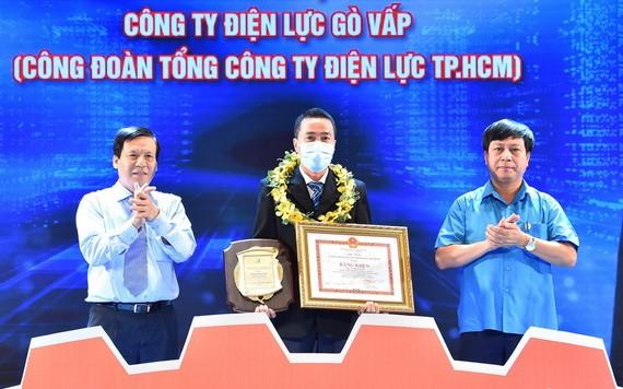 《西貢解放報》執行副總編輯阮玉英(左)向模範技師武輝俊頒獎。(圖源:越勇)