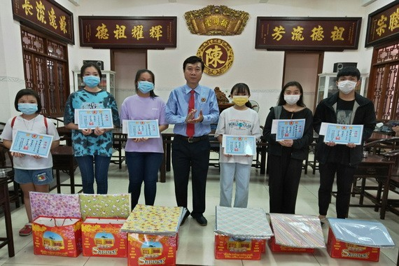 陳浩永理事長頒發獎學金。