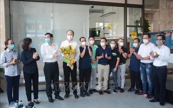 峴港市領導在歡送時刻向本市協助抗疫醫生團贈送鮮花表示謝意。(圖源:越通社)