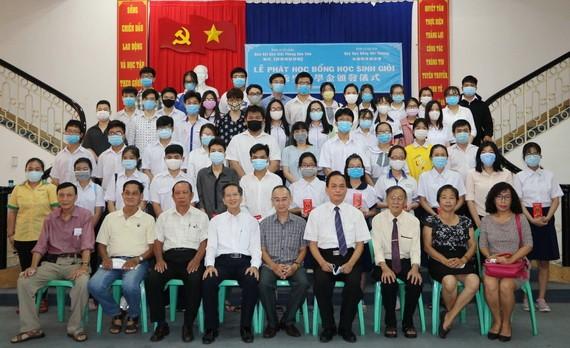 蘇建源董事長(右四)和范興主任(左五)以及各位老師同獲獎學生大合照。