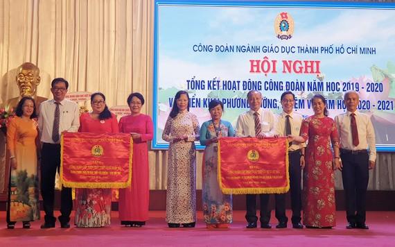 市教育與培訓廳工會獲越南勞動聯團錦旗。