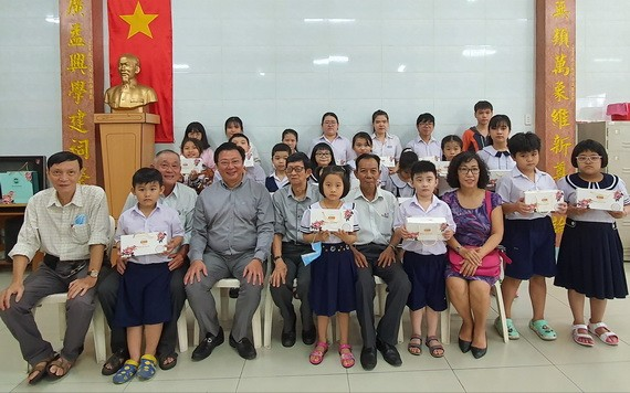 劉立政總經理(前排左三)與各華文中心老師、學生合照。
