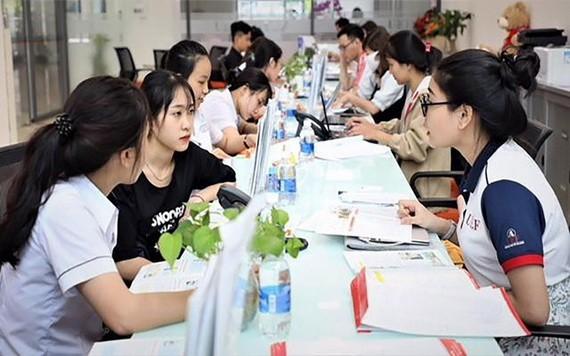 高中畢業生正瞭解市經濟財政大學招生工作。