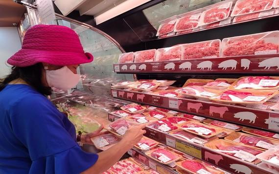 市民在超市選購肉類。(圖源:TN)