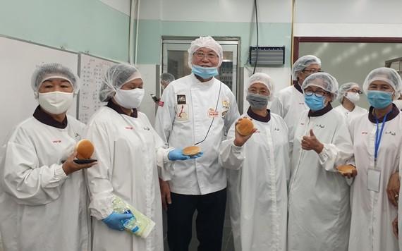 高肇力先生介紹月餅生產過程。
