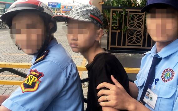少年(坐在中間)在舊邑郡某商業中心女廁偷拍,被保安力量抓獲。