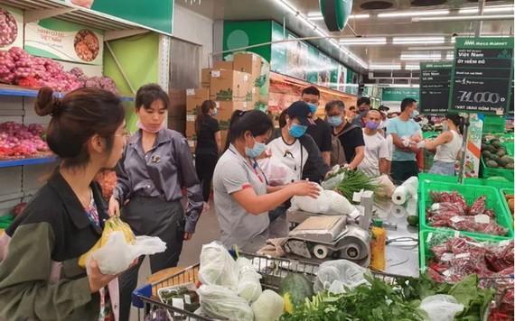 消費者在超市選購必需品。