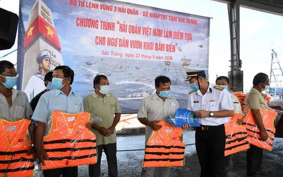 海軍第二區司令阮英俊大校向滀臻省漁民贈送救生衣。(圖源:明勝)