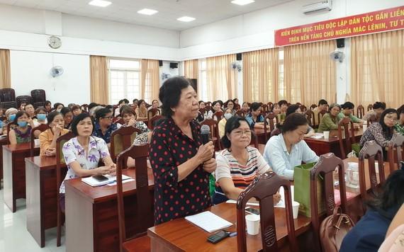 華人婦女幹部李金梅在會上發表意見。