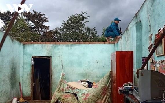 圖為被旋風掀頂的一間民房。(圖源:VOV)