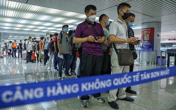 旅客在新山一機場排隊等候辦理入境手續。(示意圖源:友科)